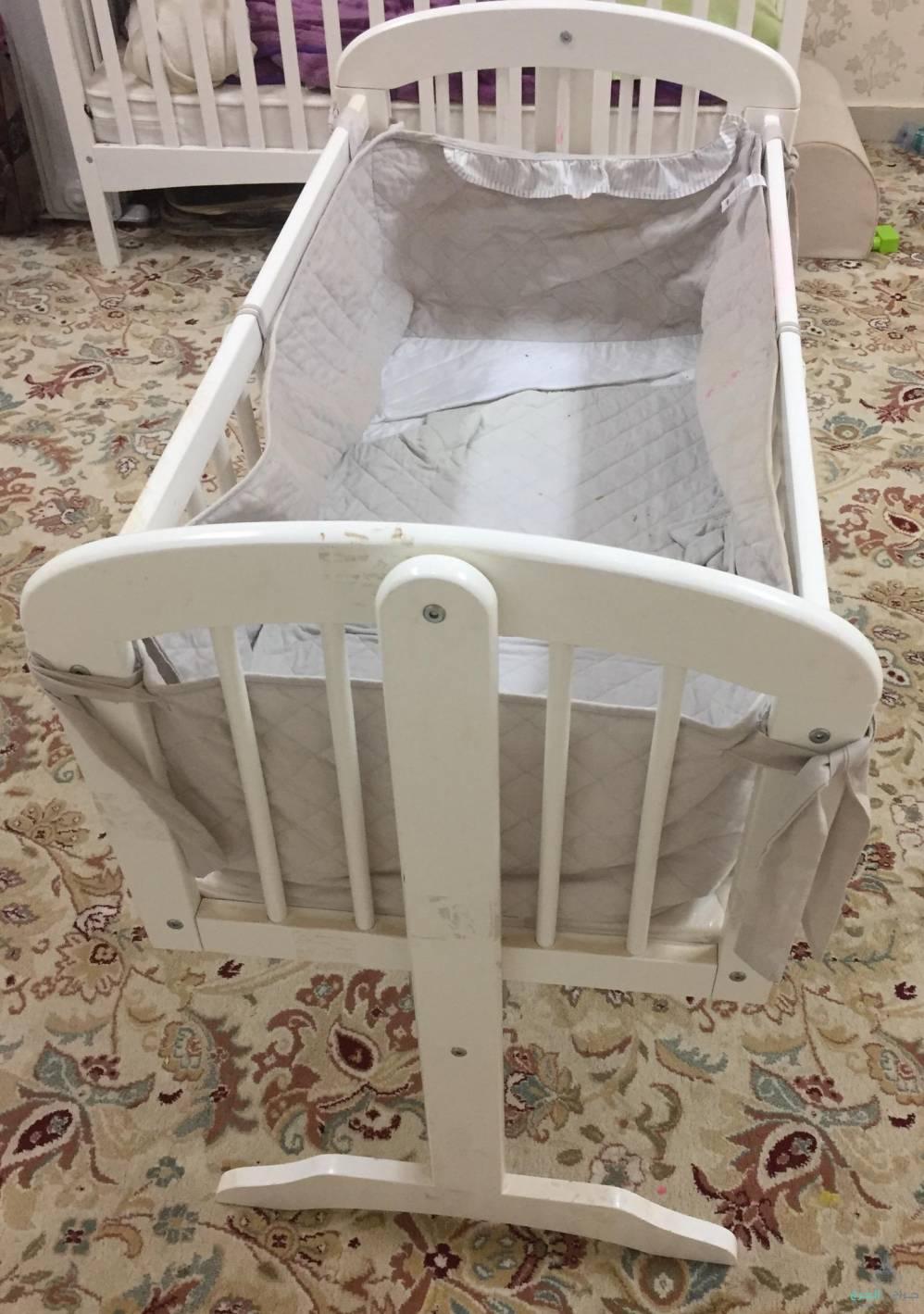 سرير اطفال للبيع من عمر 0 الى سنه