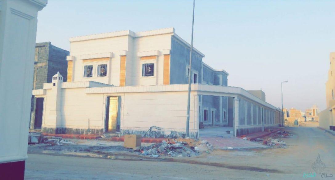 للبيع فله شارعين مع شقه مسروقة بناءً شخصي مساحة 626م بحي السحاب بالخرج