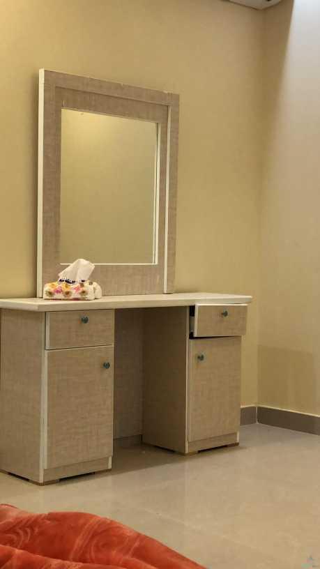 غرفه نوم وطني شرط نظيفه واستخدام قليل جدا اقل من شهر استخدمت