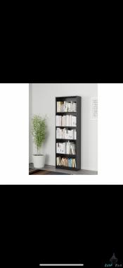 مكتبة تحتوي على ٥ ارفف كتب