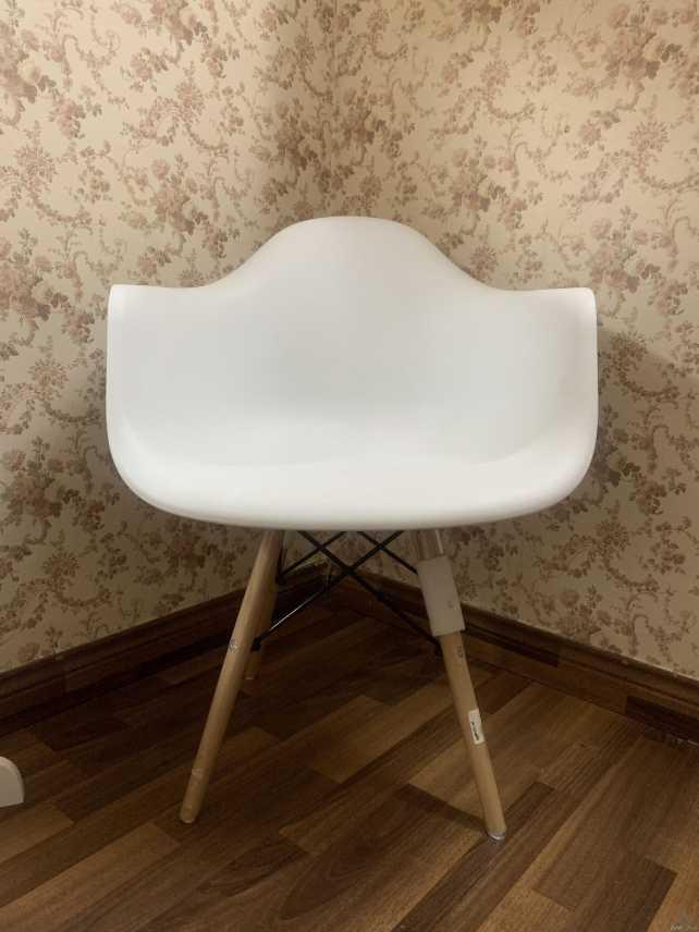 كرسي جديد لون ابيض لم يتم استخدامه