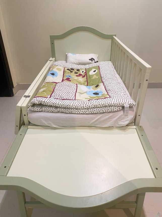 سرير وعربية أطفال للبيع