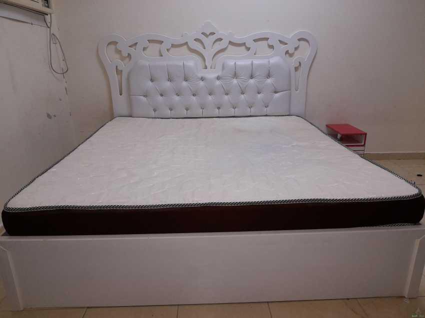 سرير ابيض نفرين خشب نظيف ب ٤٠٠ ريال