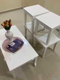 طاوله بيضاء معها اربع طاولات الخدمه  جديده