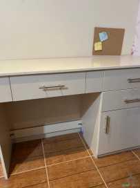 مكتب وكرسي للبيع