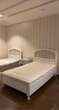 غرفة نوم ٣ أسرة و كومدينتين و تسريحة