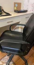 مكتب للبيع مع كرسي مجاناً